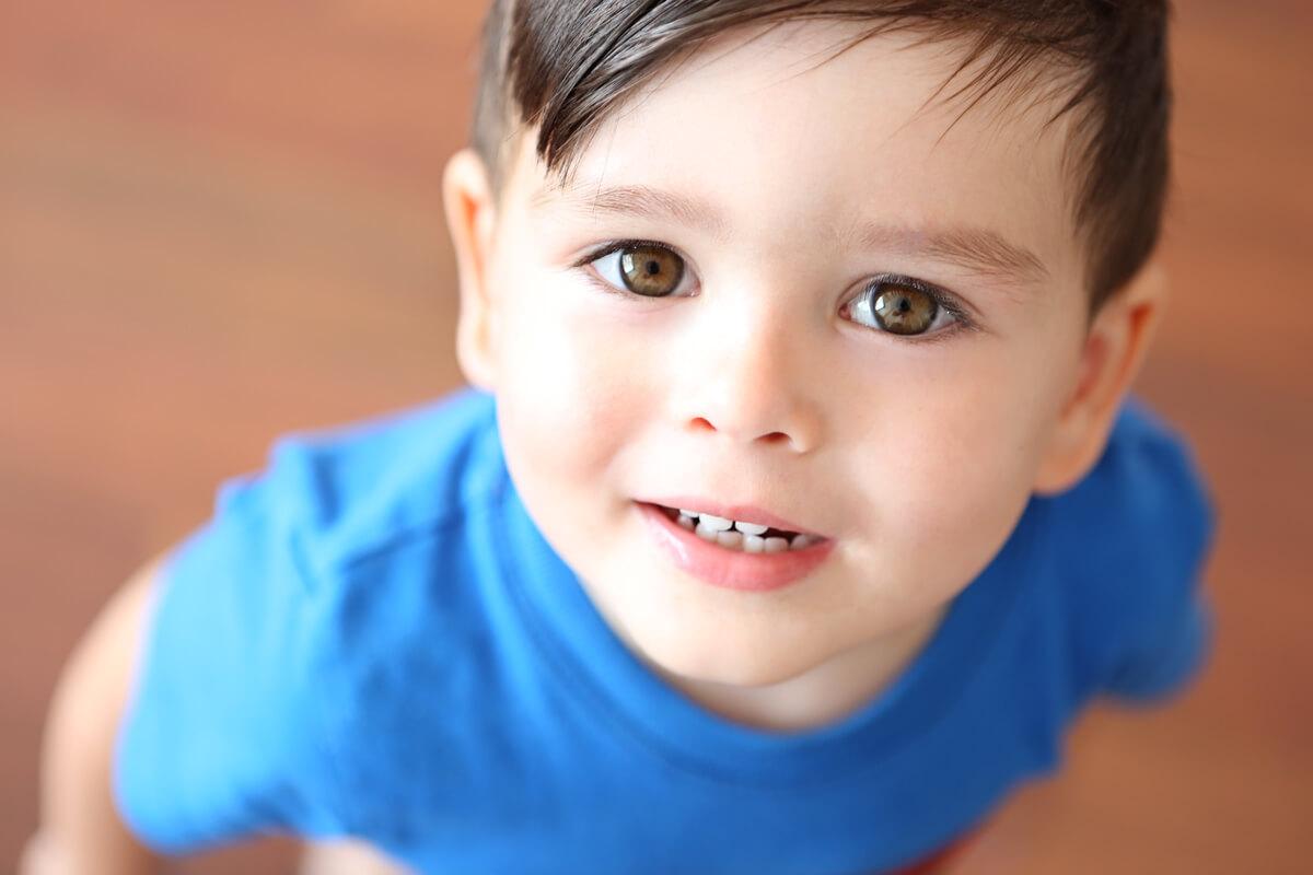 niño mirando hacia el fotógrafo