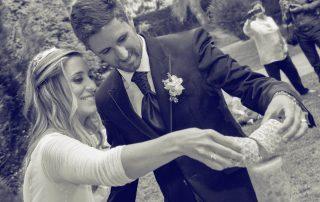 Matrimonio encendiendo vela