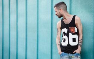 modelo masculino con camiseta de asas