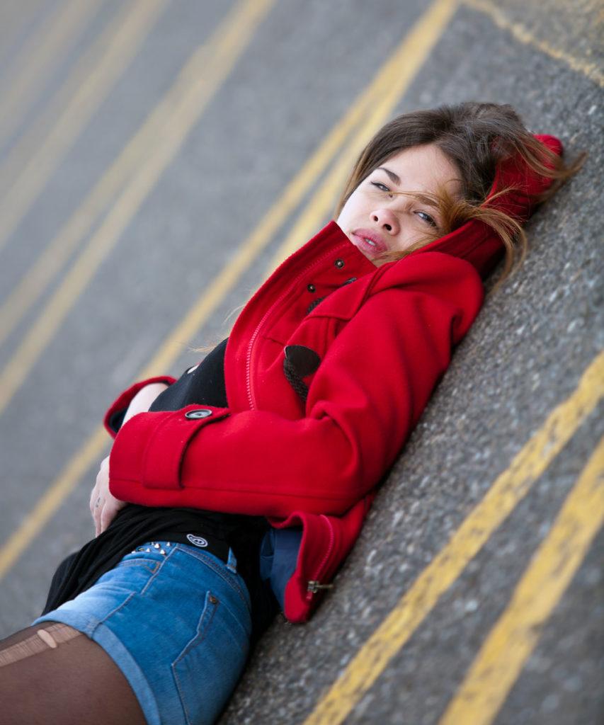 modelo mirando a cámara con chaqueta roja en vigo