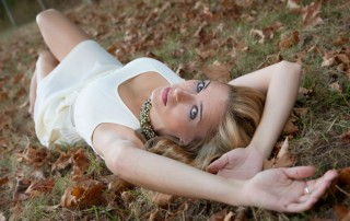 modelo tumbada en el bosque