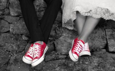 piernas novios, zapatillas rojas