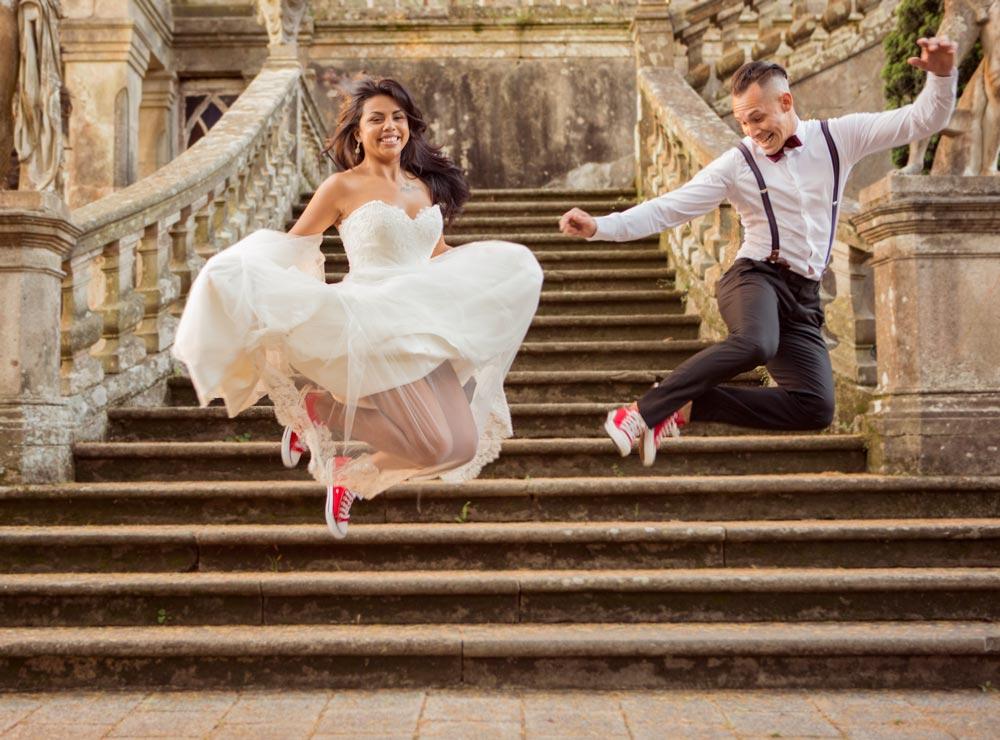 pareja saltando después de casarse