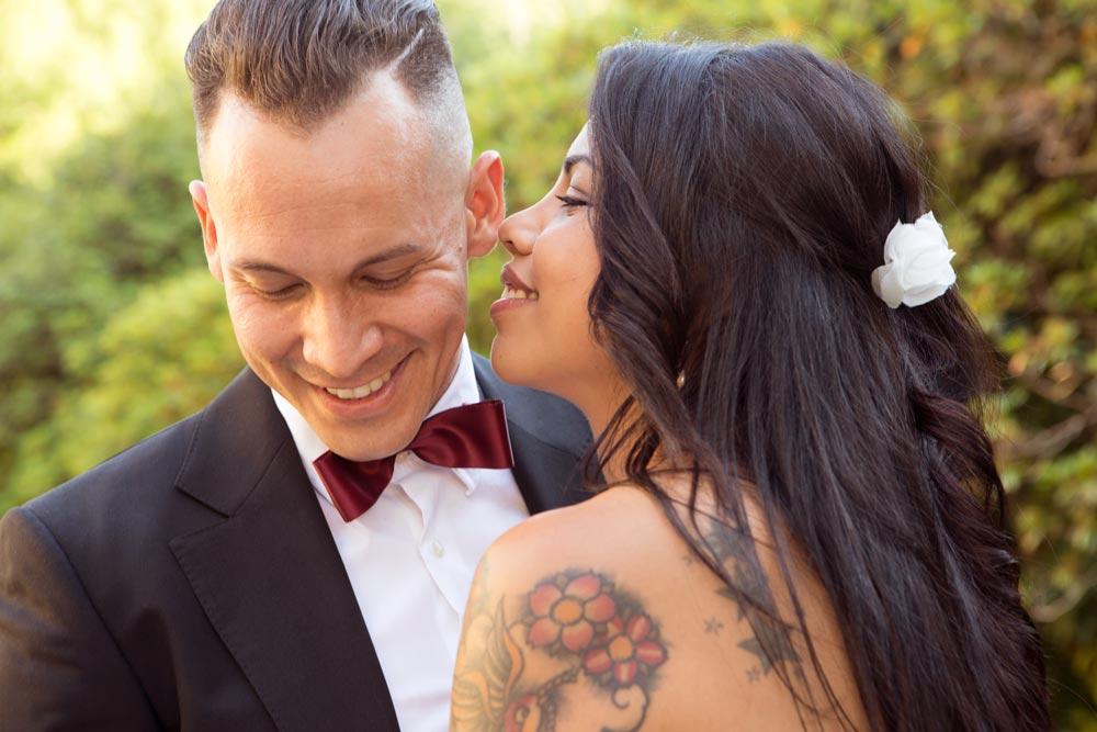 Karen y Andrés riéndose, ella le cuenta un secreto