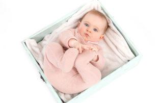 Fotografía bebé en estudio, mirando a cámara