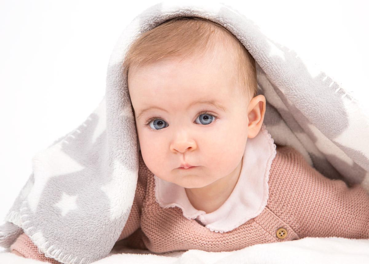 niño de ojos azules