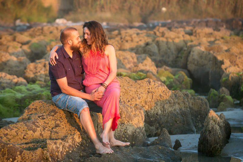 pareja sentada en playa de patos
